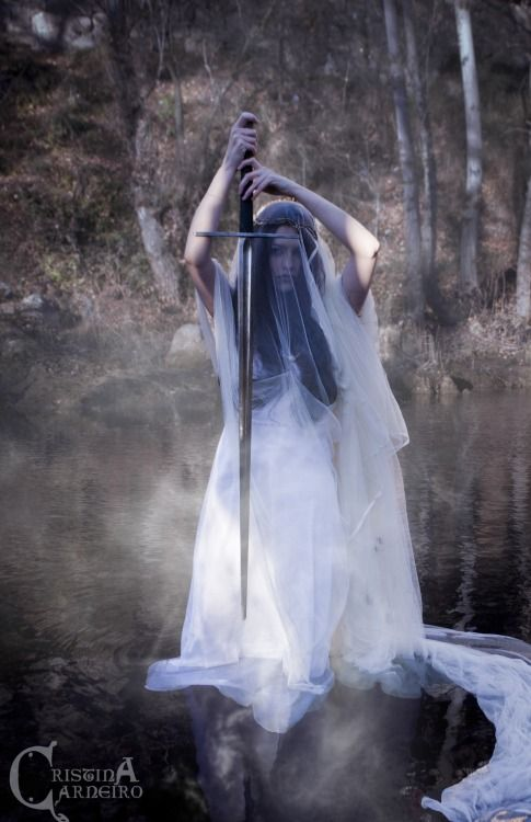 neirahda:  The Lady of the lake ☽Artwork by Cristina Carneiro.☽Facebook:https://www.facebook.com/pages/cristinacarneiroartwork☽Tumblr: http://cristinacarneiro.tumblr.com