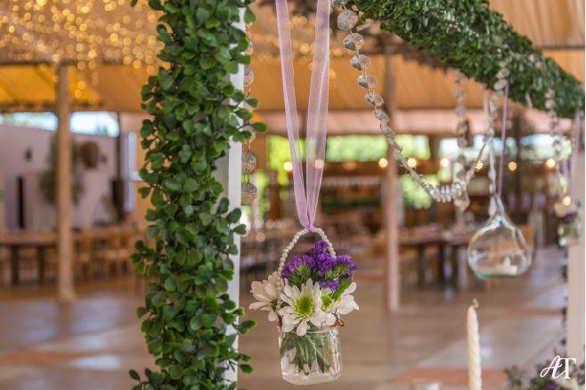 Nuestros arreglos florales colgantes de las mesas, ¡le dan un toque único!