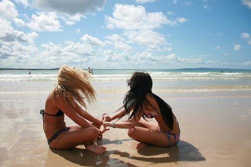 Девушки брюнетки и блондинки на море со спины