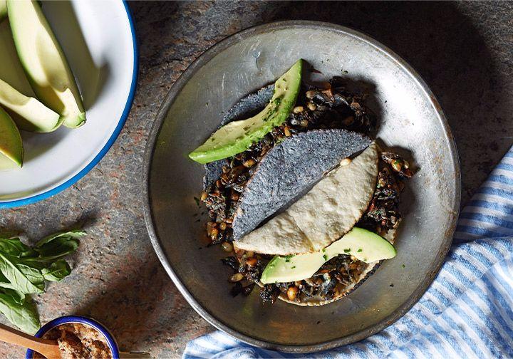 Quesadillas De Huitlacoche Y Piñones Con Salsa De Habanero Y Cacahuate Receta Recetas De Platillos Mexicanos Huitlacoche Receta Salsa De Habaneros