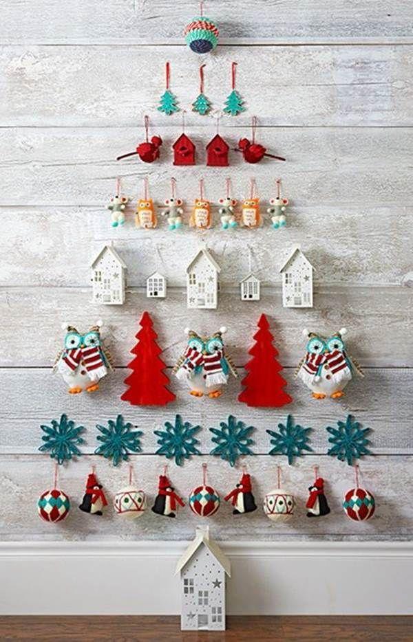Árbol de Navidad hecho con adornos de colgar