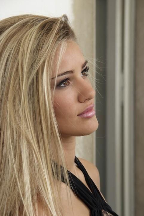 Blonde haare braune augen und weiblich