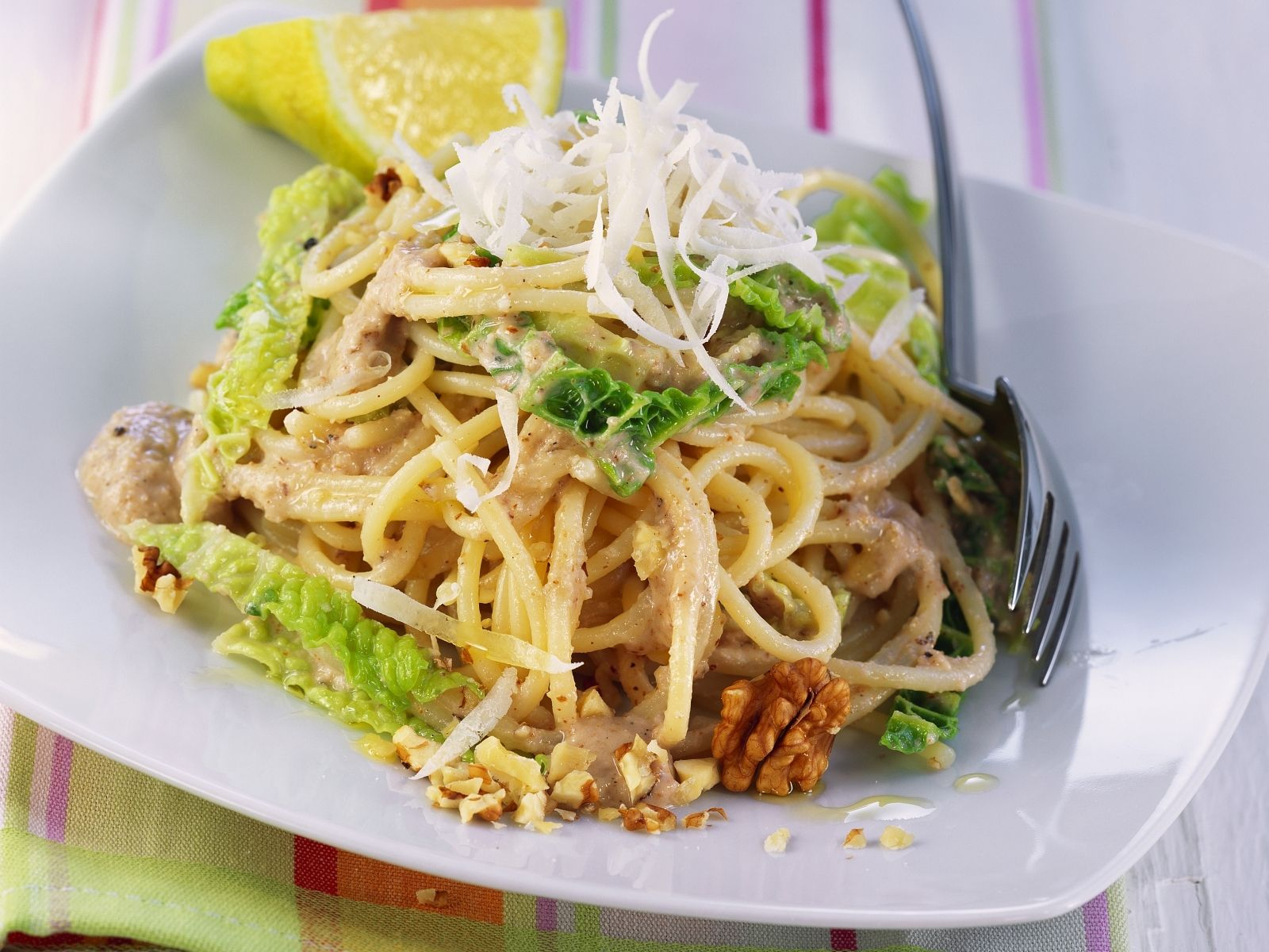 WW = Wirsing und Walnuss :-D Wirsing-Walnuss-Pasta - smarter - Kalorien: 675 Kcal - Zeit: 40 Min.   eatsmarter.de