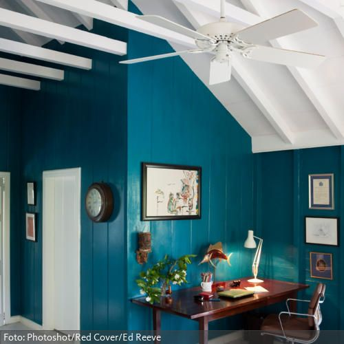 Petrol Wandfarbe Schlafzimmer: Eames Bürostuhl Vor Türkisfarbener Wand Im Arbeitszimmer