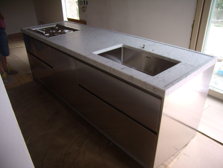 Piano cucina ad isola in bianco carrara piani cucina e top in marmo quarzo graniti pinterest - Top piano cucina ...
