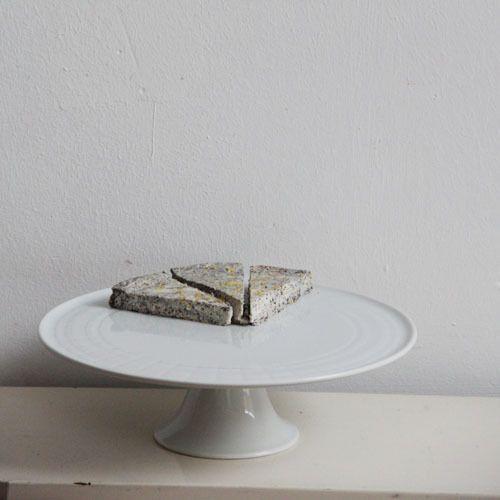 Schöne strahlend weiße Tortenplatte aus Porzellan und mit einem leicht ausgestellten Fuß. Denn hoch soll er leben - der Kuchen.