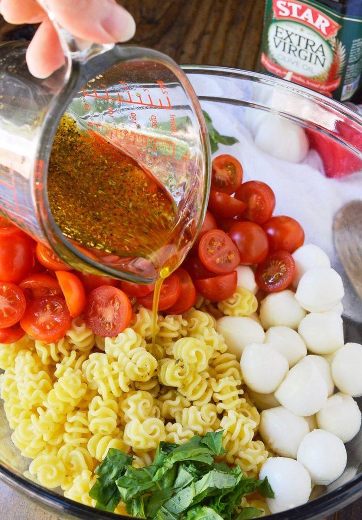 Recette de salade de pâtes Caprese Cette salade de pâtes est remplie de mozzarella, de tomates ... - Nourriture délicieuse
