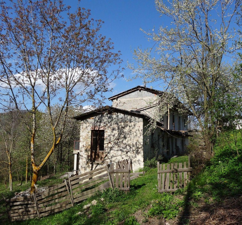 Mombarcaro ruime Piemontese stenen plattelandswoning met