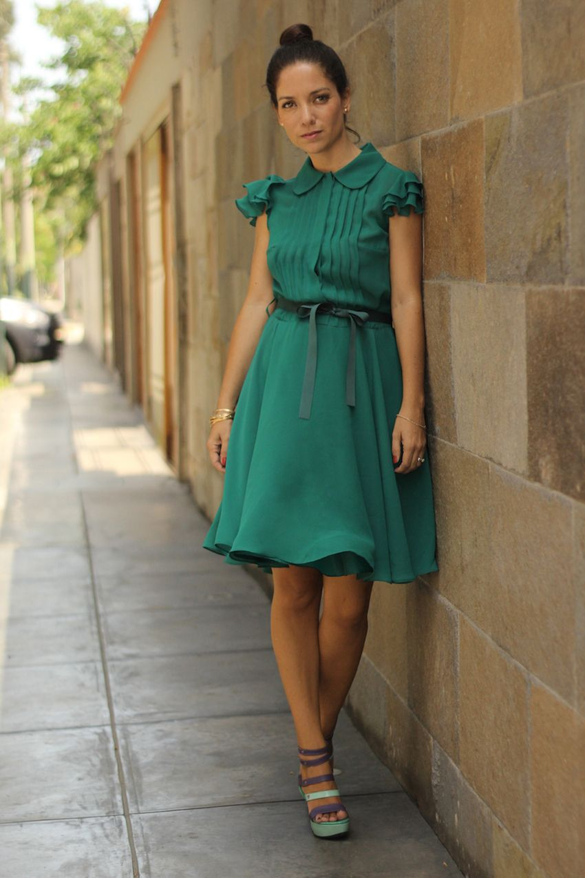 Vestido verde complementos fucsia