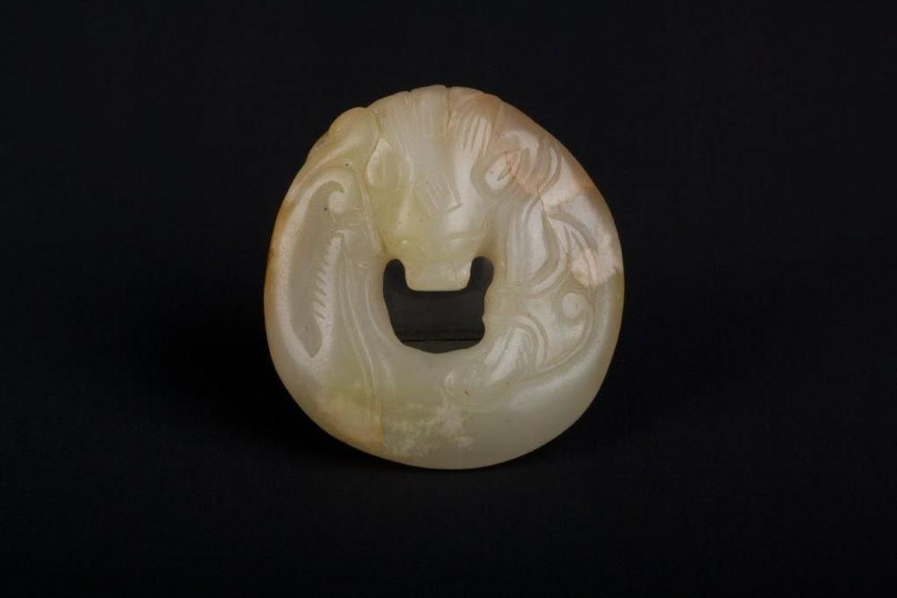 China 18. Jh. Chinese Carved Celadon Jade Coiled Dragon Pendant Cinese Giada