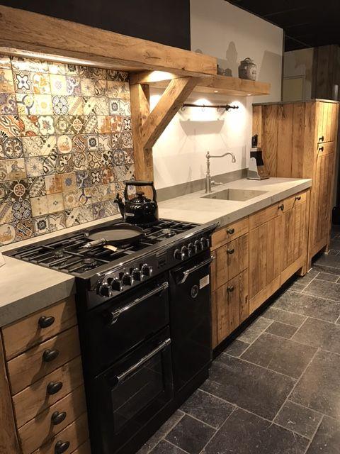 Landelijk Robuust Houten Keuken Met Zwart Stoves Fornuis En Keramiek Blad Keuken Ontwerp Keuken Interieur Keuken Ontwerpen