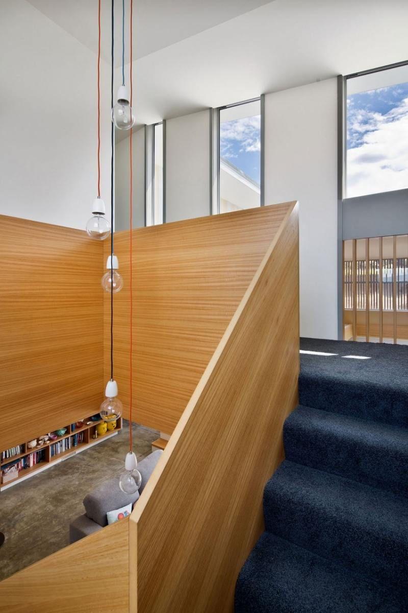 treppe mit teppichboden und gel nder aus holz lampen pinterest. Black Bedroom Furniture Sets. Home Design Ideas