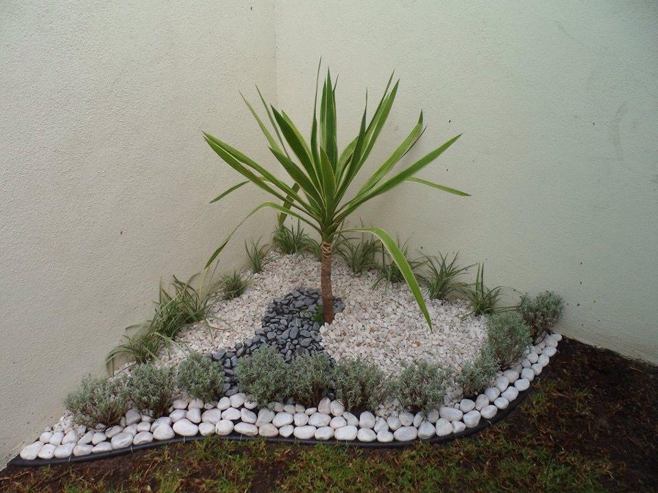 Yuca santolina pasto lariope y piedras decoraci n for Decoracion de piedras para jardin