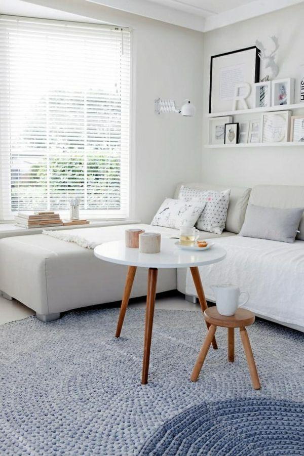 Ein Couchtisch aus Holz fügt Wärme und Natürlichkeit im Wohnzimmer - wohnzimmer in weiss braun