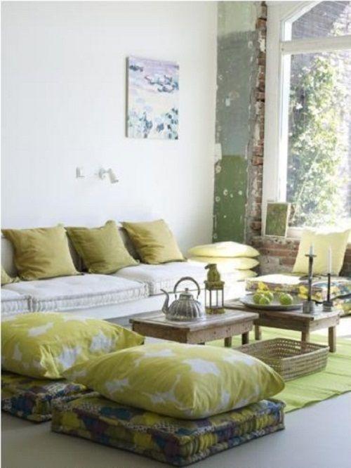 Une photo d'une décoration intérieur grâce à des coussins de sol vert et blanc