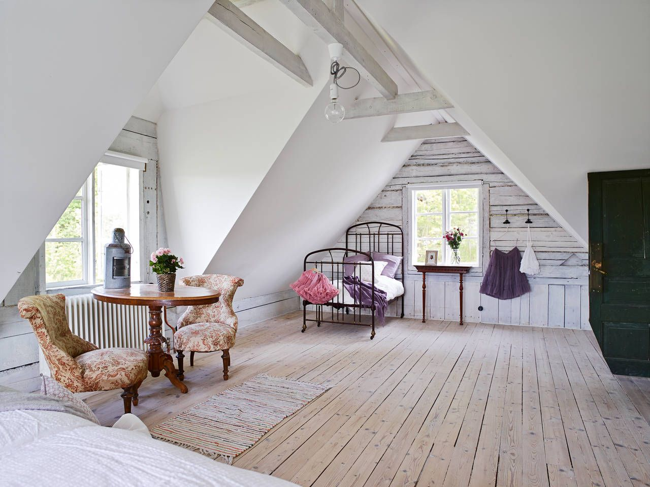 I would love an attic like this. Just perfect with the white wash on the timber wall. Tingberg Gossagården 103 | Stadshem