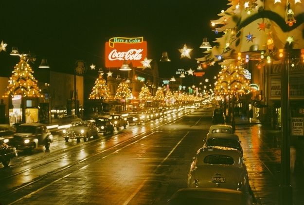 Even Though We Don T Get Snow Christmas In L A Has Looked So Classic For Years This 1950 Photo Is Vintage Heaven Christmas In La California Christmas Hollywood Boulevard