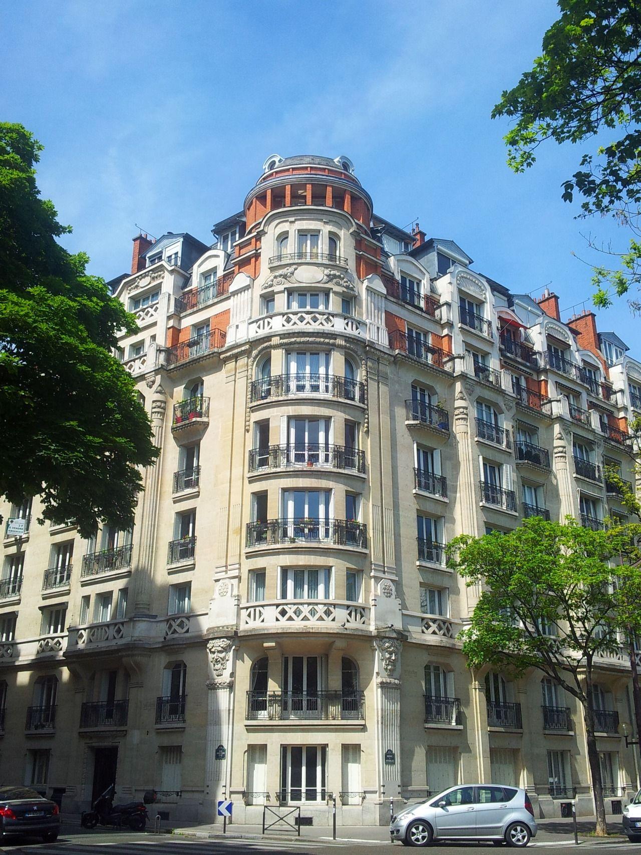 Haussmann a exigé que les bâtiments le long des nouveaux boulevards être soit construites ou confrontés à la pierre de taille, calcaire généralement de couleur crème, qui a donné plus d'harmonie à l'apparition des boulevards.