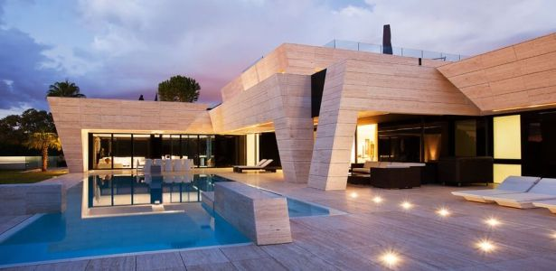 architecture originale sur une maison moderne avec grande