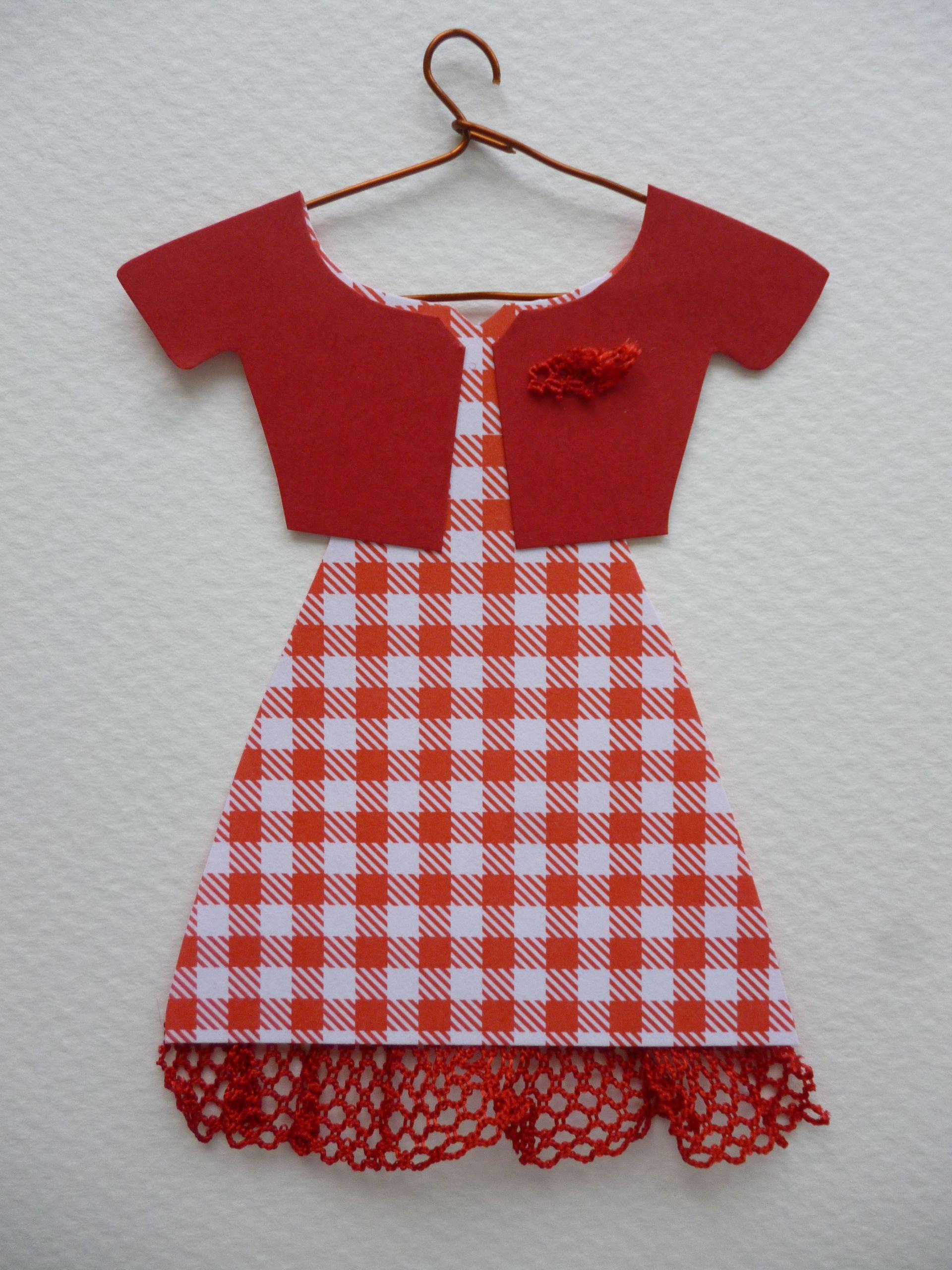 Vestido cuadros vichy rojos, puntilla y torera a tono.