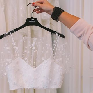 Sensual crop tops, infinite backs, dreamy lace, ultra-feminine dresses ... - womensblog.projet ... - #croptop #feminine #print
