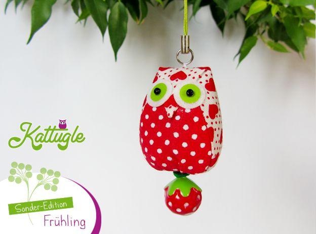 """Eule """"Hedwig"""" (nr. 040) – Bei dieser supersüßen Eule in den Farben Rot, Weiß und Grün handelt es sich um ein Kattugle der Sonderedition """"Frühling"""" – mit einem hübschen Erdbeer-Glöckchen am Po. Ein besonderer Wegbegleiter!"""