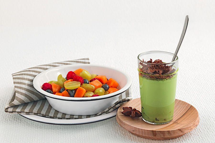 Crema fredda al tè matcha con uvetta e cioccolato