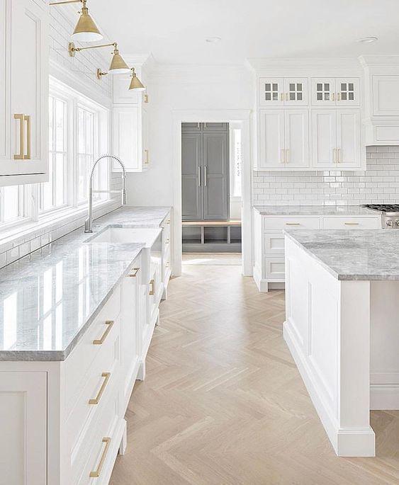 Weiße graue Küche, die Ideen verziert
