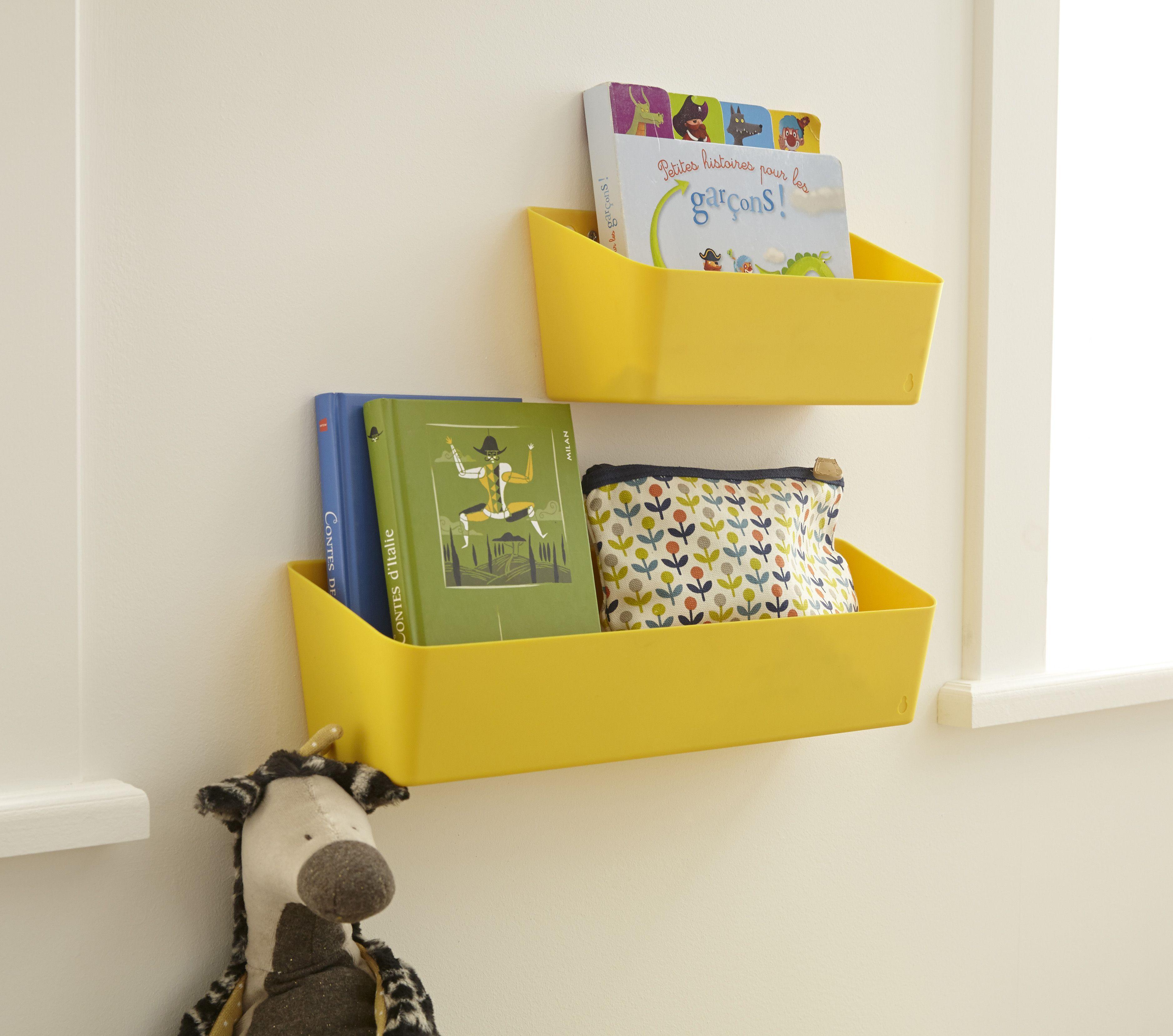 Des paniers jaunes  accrocher aux murs pour un rangement ludique