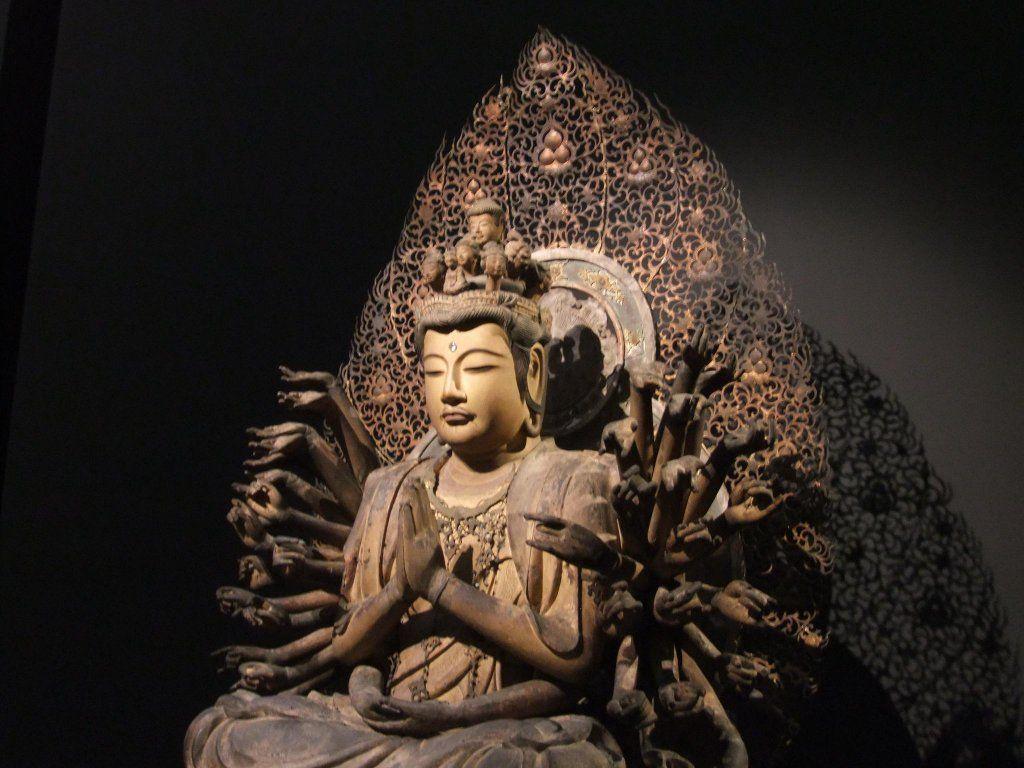 東京国立博博物館 千手観音菩薩坐像:南北朝時代に院派仏師の手によって制作されたと考えられる。作られた当初の状態で残る貴重な千手観音菩薩坐像だ。中国の影響も伺えるトーハクを代表する仏像。