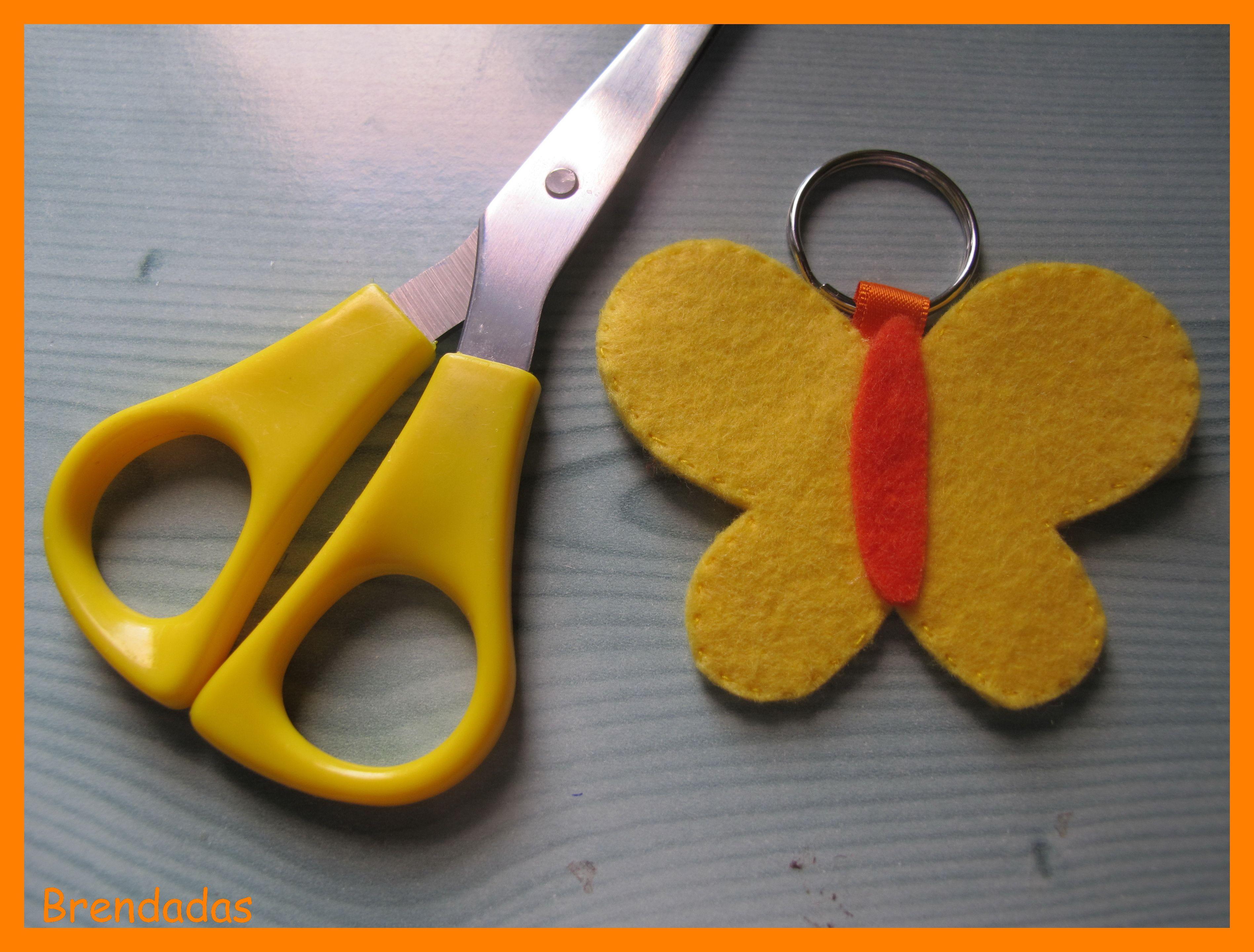 Un llavero con forma de mariposa