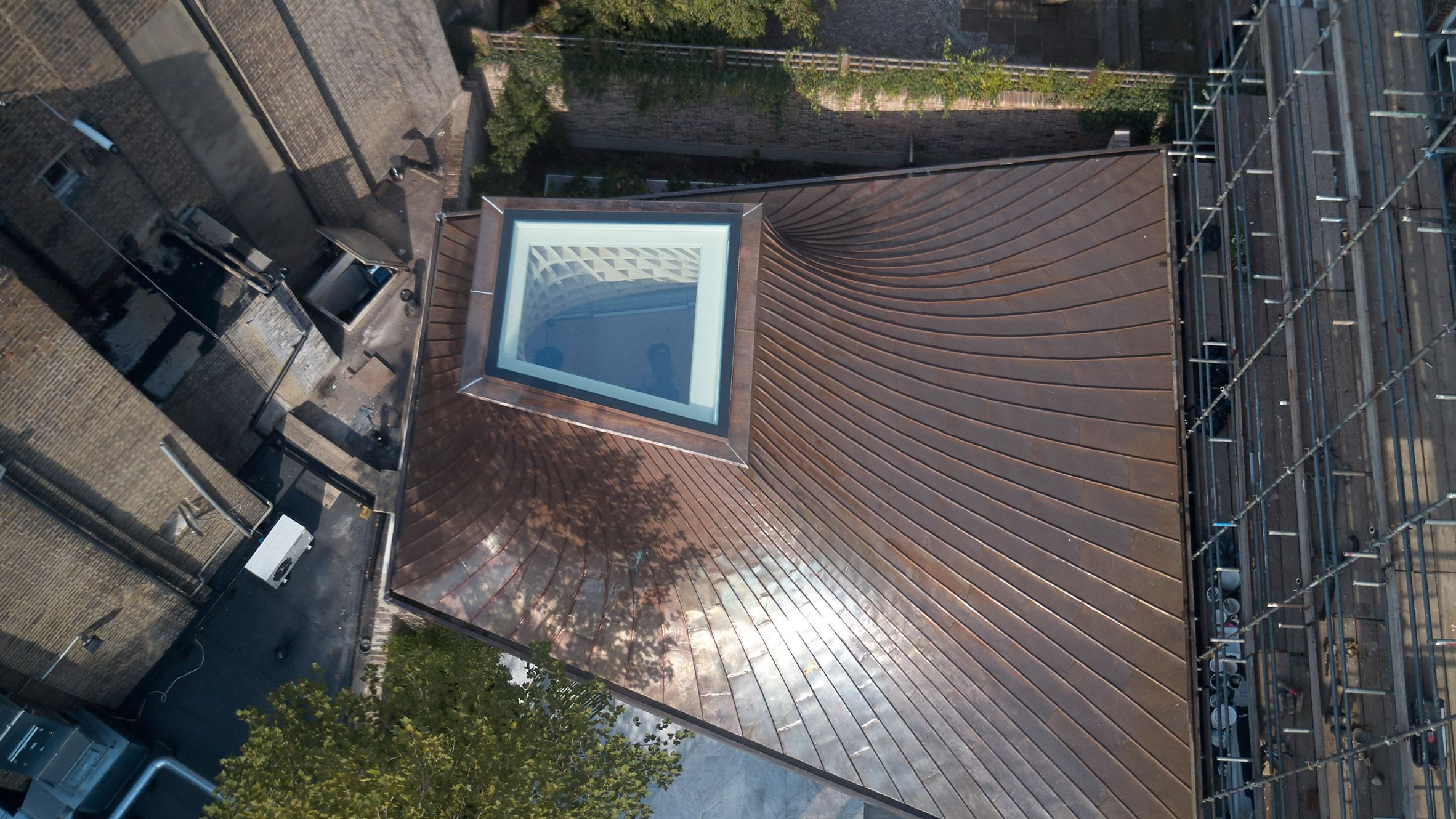 Gianni Botsford Architects Tops House In A Garden With Sweeping Copper Roof Copper Roof Roof Architecture Copper Roof House