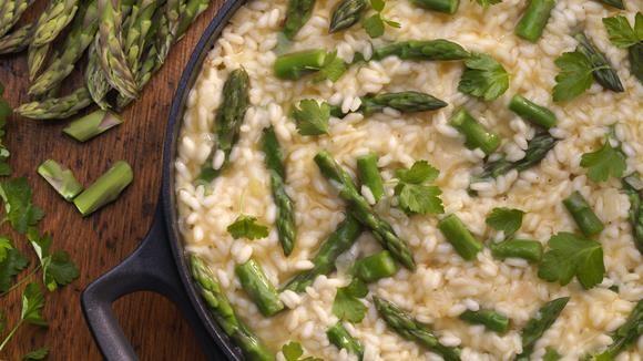 Ein gutes Risotto muss cremig sein! Im Frühling genießen wir es am liebsten mit frischem grünen Spargel.
