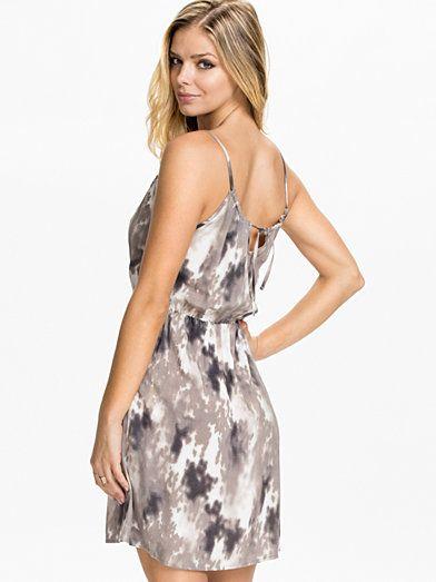Easy Short Tie Dress - Vero Moda - White Asparagus - Robes - Vêtements - Femme - Nelly.com La Mode En Ligne Sur Internet