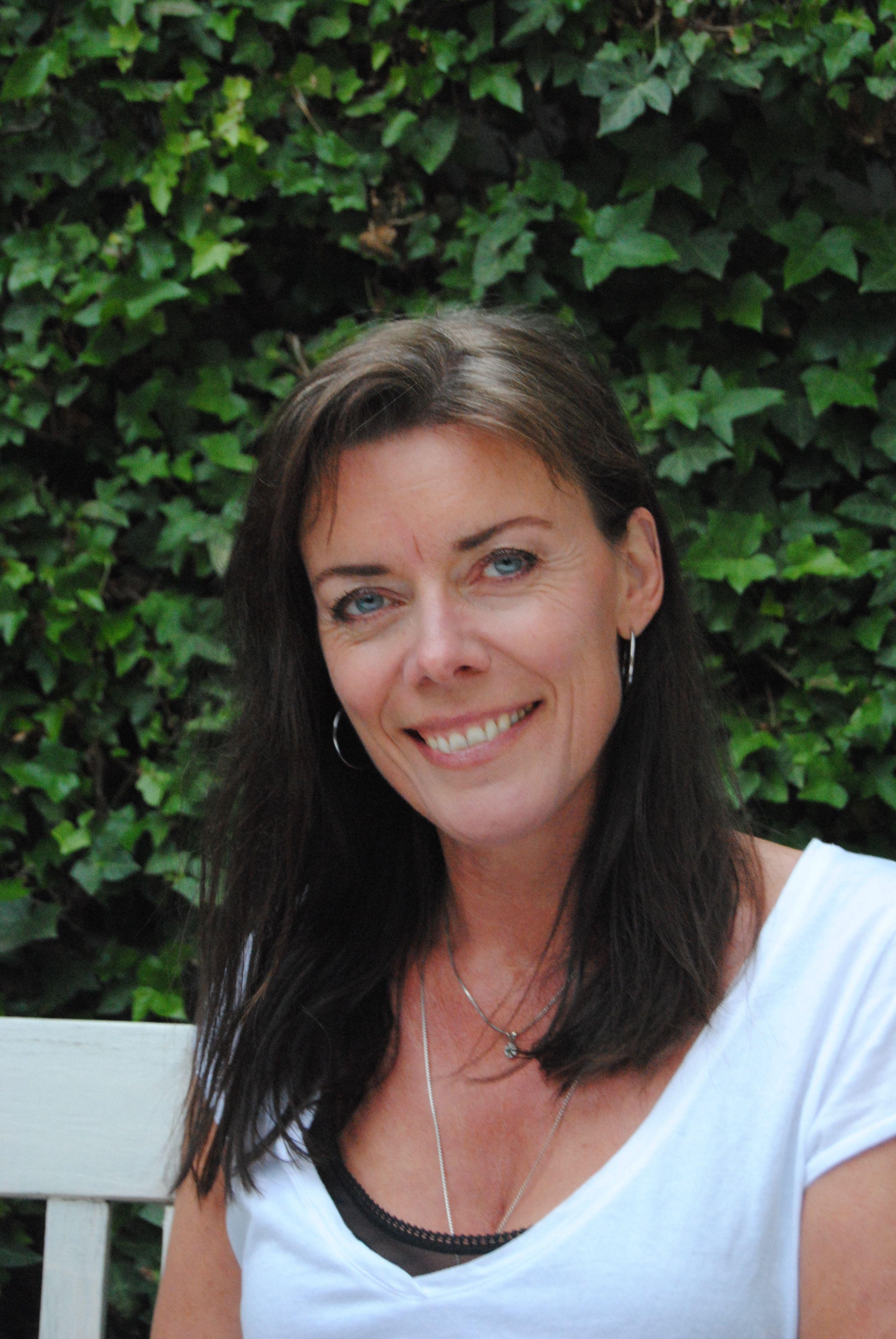 Lene Skou Jensen er jordemoder, ID-psykoterapeut og forfatter. Hun har været jordemoder i mere end 25 år og underviser bl.a. studerende, fagpersonale og kommende forældre.