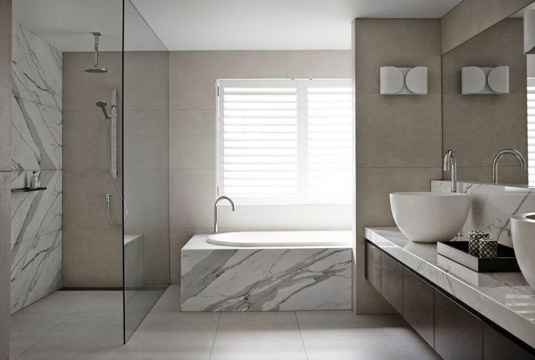 Marmor  Und Sandsteinfliesen Im Badezimmer.... An Der Badewanne Und Die  Wand In Der Dusche