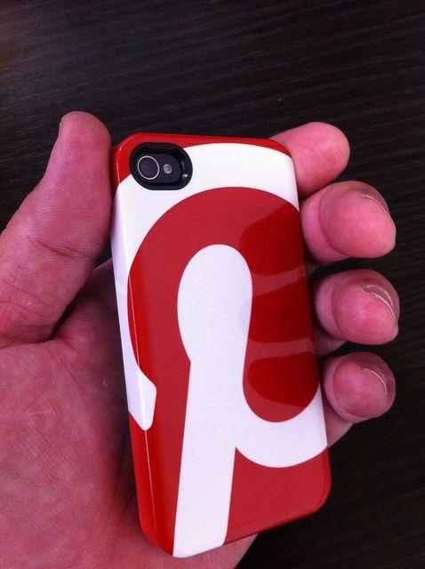 Mola. Funda para el iPhone con los colores y el logo de Pinterest.