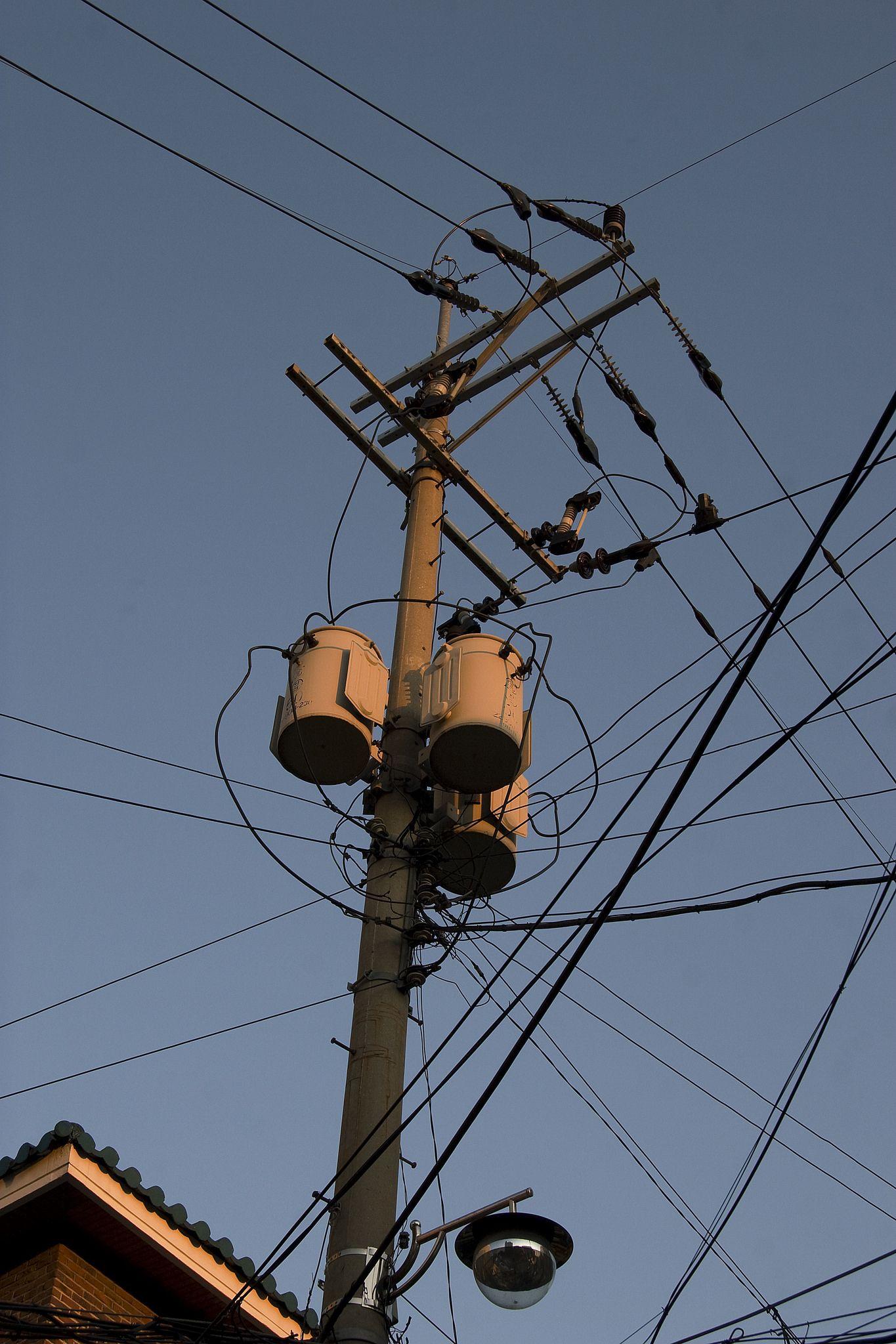 https://flic.kr/p/pJqp42 | utility pole | 동네 전봇대인데 의외로 이런 스타일은 동네마다 다르게 보입니다.