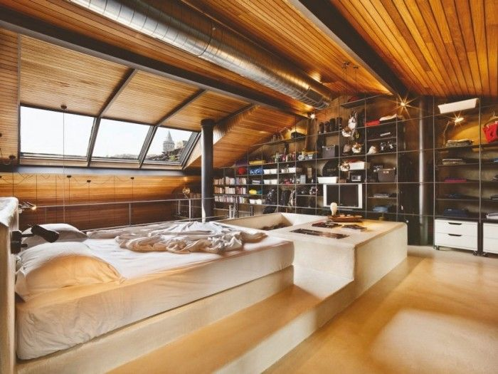Obergeschoss mit Schlafzimmer, Decke aus Iroko-Holz sorgt für ...