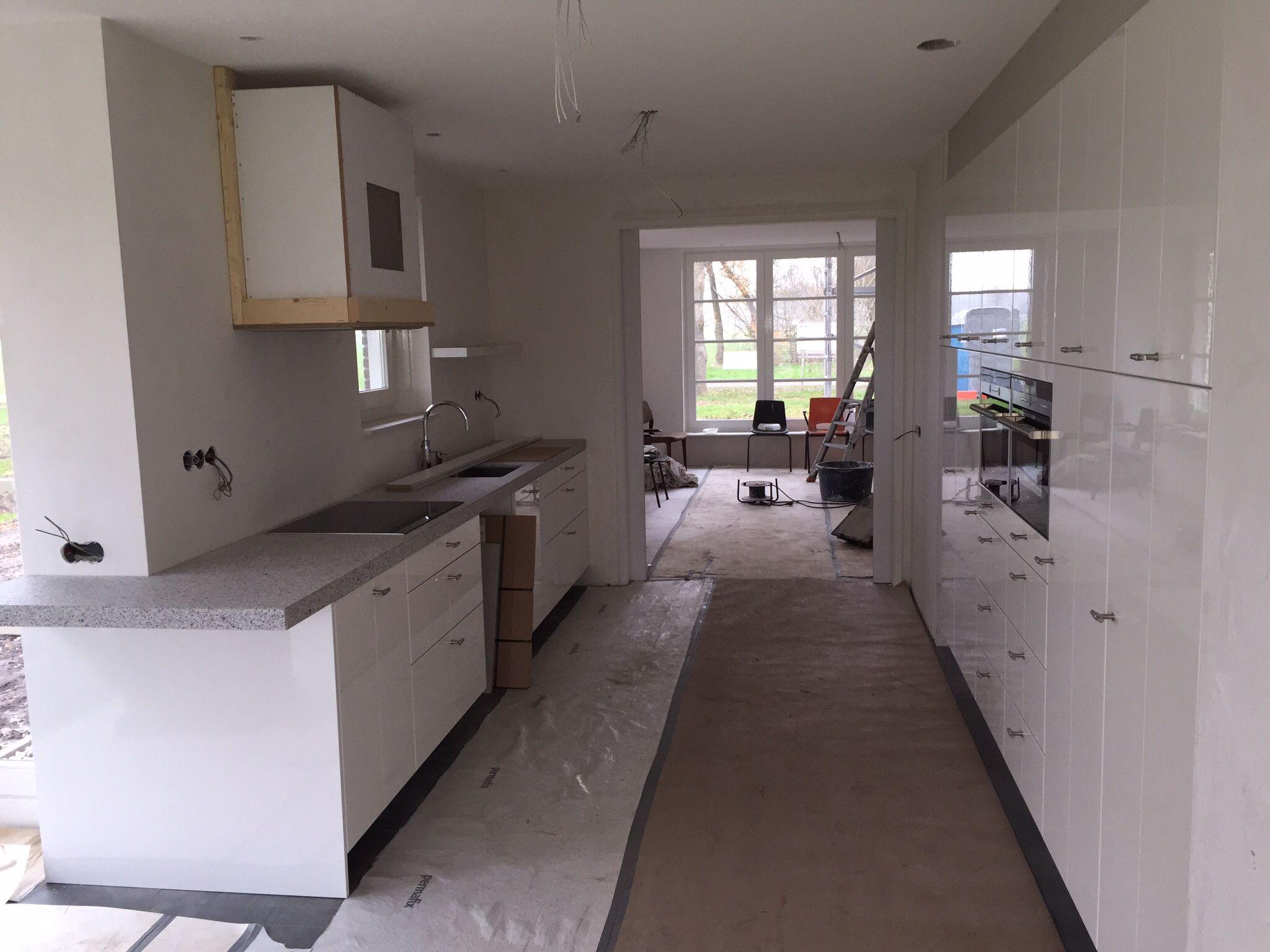 Witte hoogglans keuken met 6 cm dik keukenblad