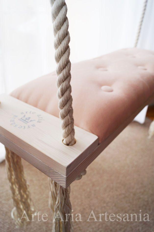 Huśtawka drewniana bielona, wykonana z największą dbałością o szczegóły. Utrzymana w stylu Glamour pudrowy róż, wyposażona w miękkie aksamitne siedzisko i liny bawełniane, wytrzymujące obciążenie...