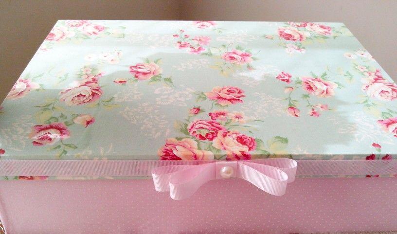 Caixa de flores e bolinhas= lindinha