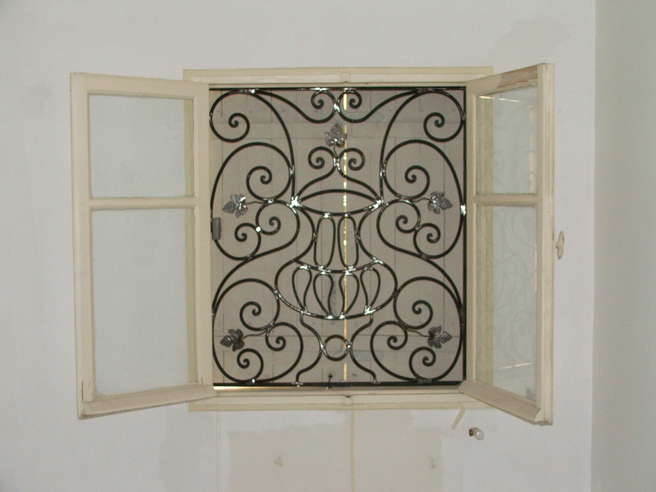 Grille fer forg lavandou fer forg pinterest window grill design et doors for Design fer forge fenetre