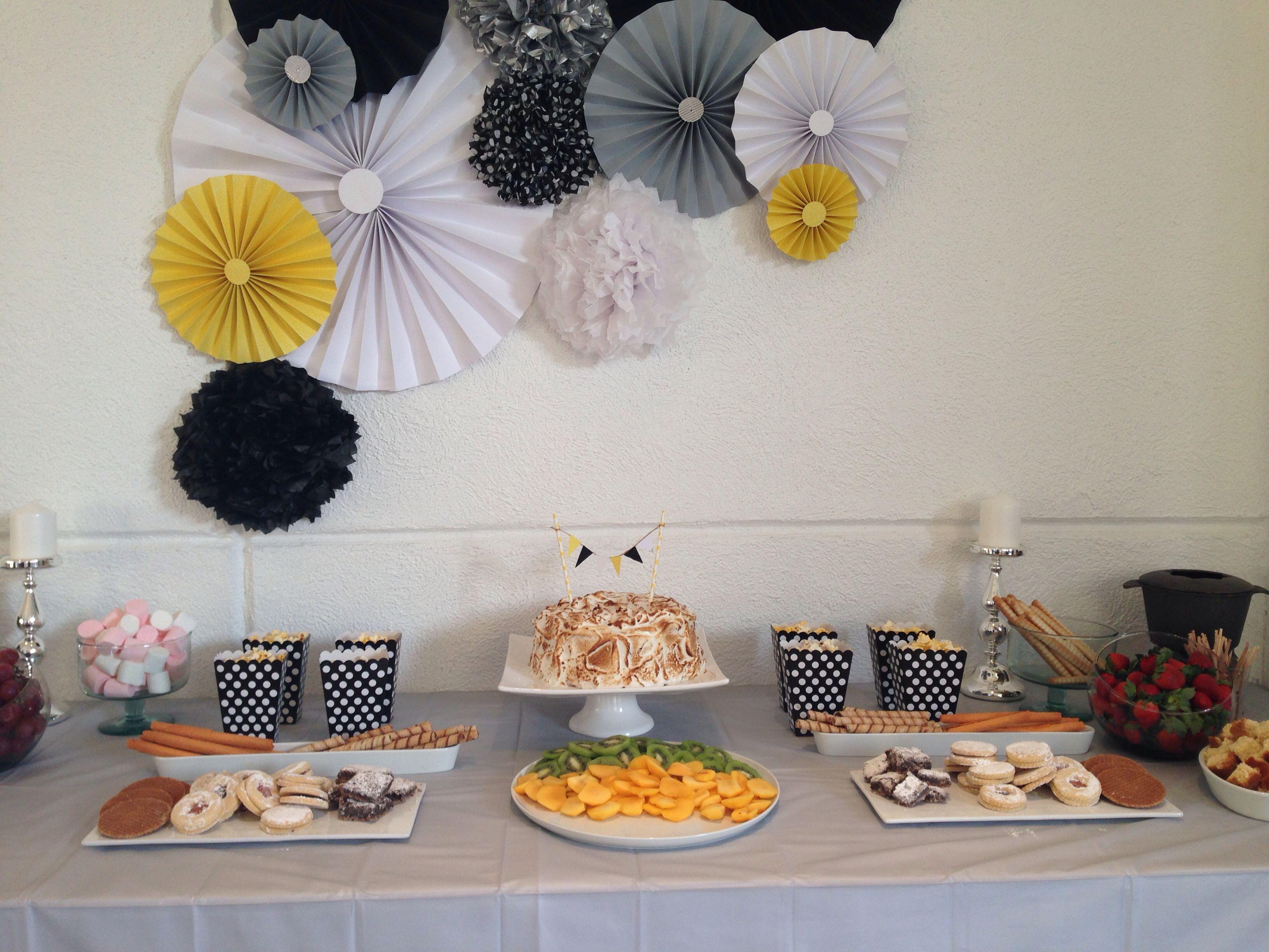 Mesa de postre blanco y negro postres blanco y negro for Decoracion de mesas para fiestas