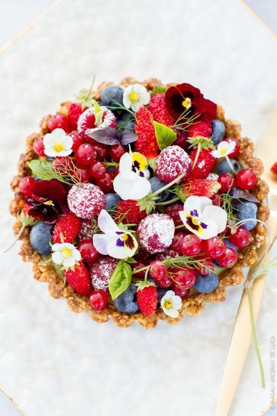 tarte fruits rouges sur fond aux noix edible flowers. Black Bedroom Furniture Sets. Home Design Ideas