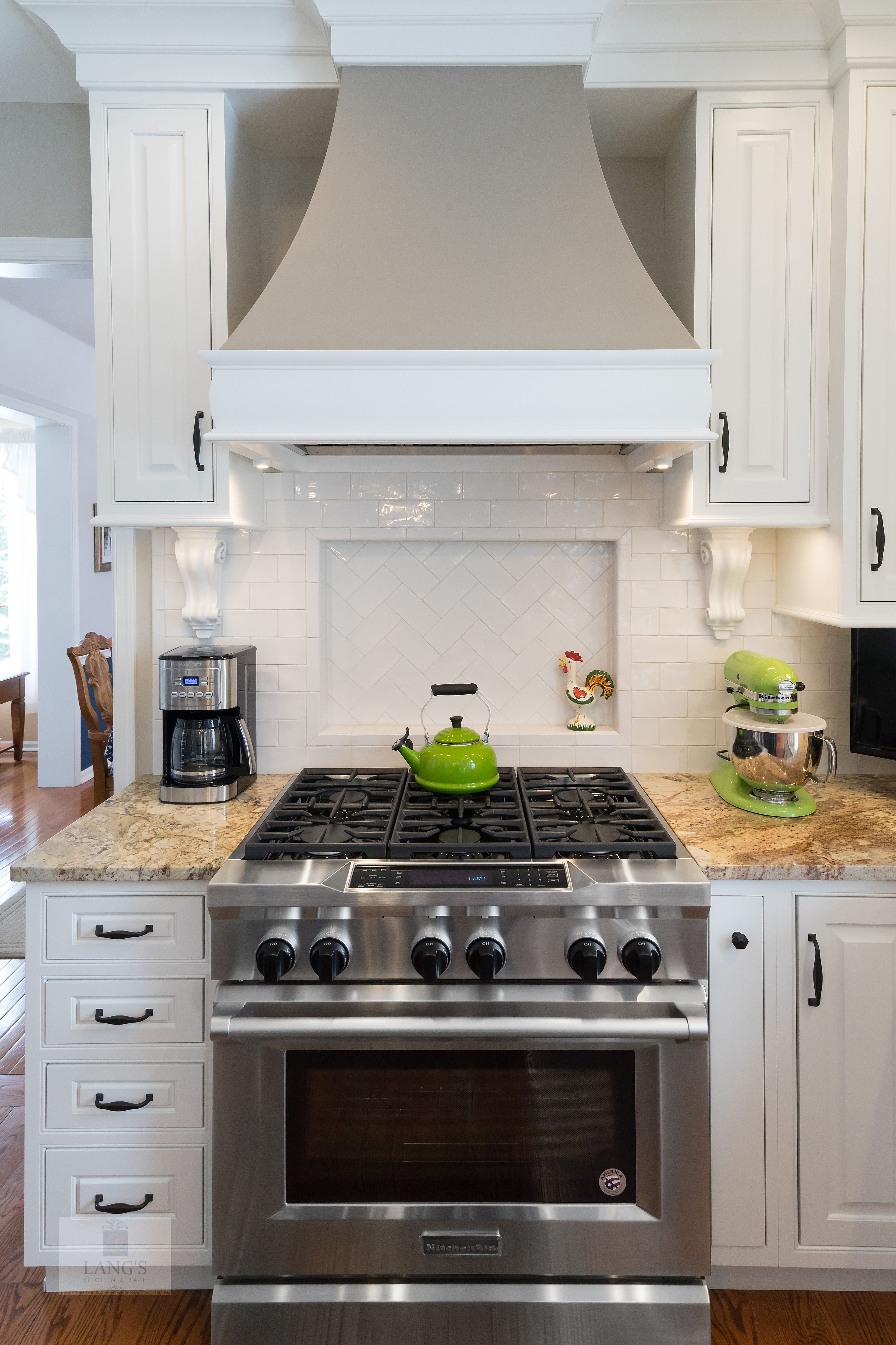 The Painted White Durasupreme Kitchen Cabinets Create A Bright Backdrop For This Tra Traditional Style Kitchen Design Home Decor Kitchen Kitchen Aid Appliances