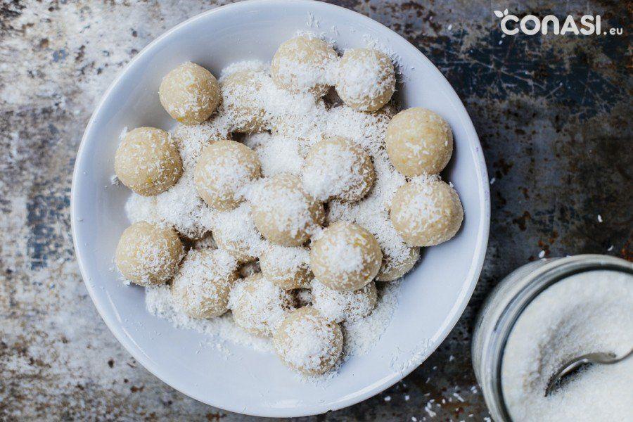 Dulces crudiveganos sin gluten. Trufas hechas con coco, limón y ...