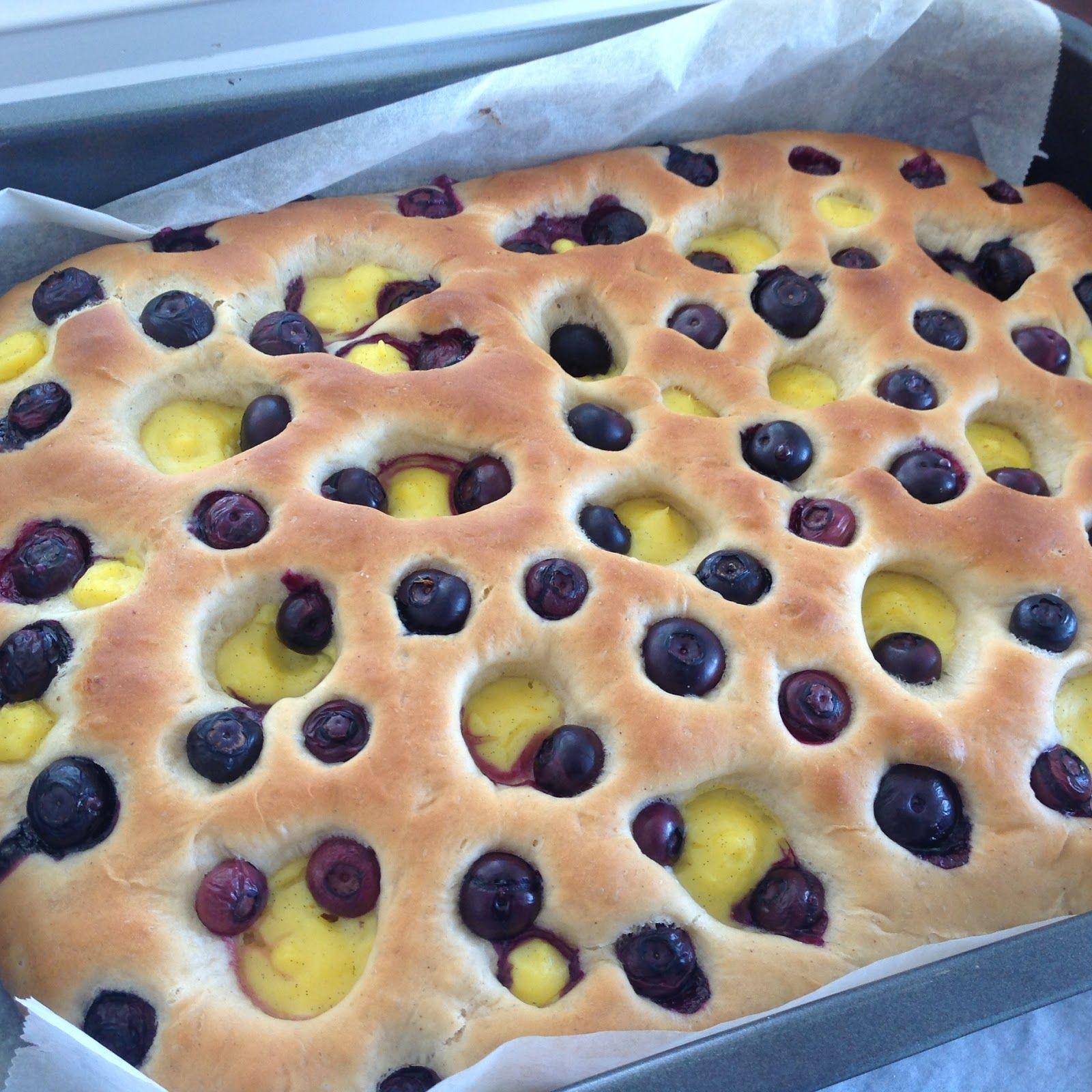 Kjøkkenglede: Bollefocaccia med vaniljekrem og blåbær