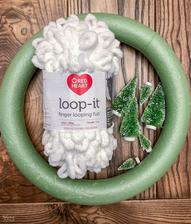 Loop Yarn Wreath - An EASY DIY Winter Wreath #wreaths