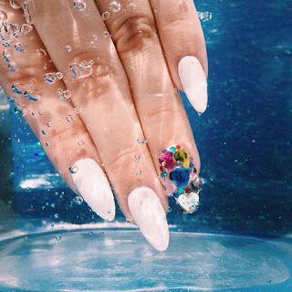 Beautiful Beauty Girl By Connie B 50 increíbles diseños de uñas para esta primavera-verano   50 amazing nail designs for spring-summer  16.- Uñas hermosas y sofisticadas, en tono blanco con una uña decorada en varios colores.  beautiful and sophisticated Nails in white tone with a fingernail decorated in various colors.